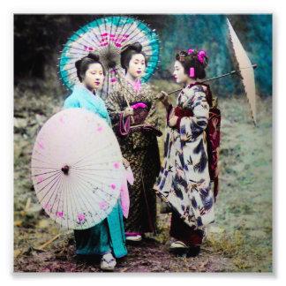 Geisha dos y un Maiko y parasoles Japón viejo Fotografía