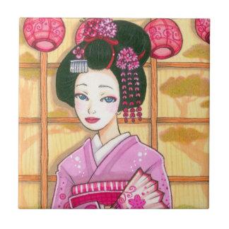 Geisha en teja japonesa del arte del kimono rosado