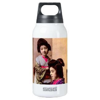 Geisha hermoso dos que presenta en el viejo botella isotérmica de agua