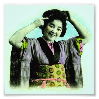 Geisha japonés del vintage que ajusta su pelo fotografía