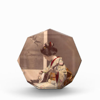 Geisha japonés del vintage que juega el shamisen