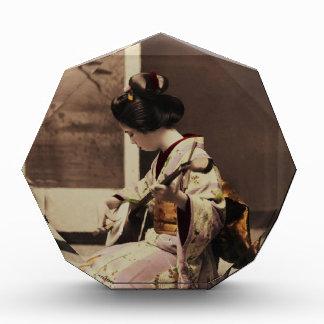Geisha japonés que juega el shamisen