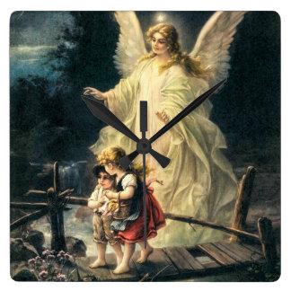 Gel, de protección y dos niños en puente reloj cuadrado