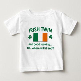 Gemelo irlandés apuesto playera de bebé