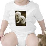Gemelos blancos del perrito del caniche camisetas