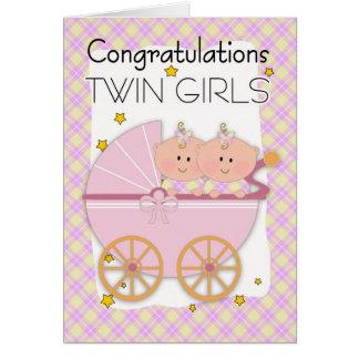 Gemelos - chicas gemelos de la enhorabuena en un tarjeta de felicitación