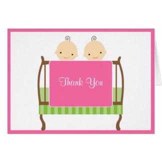 Gemelos en tarjetas de nota rosadas del pesebre