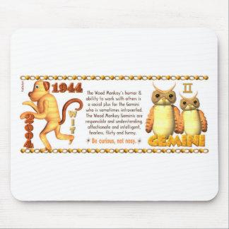 Géminis llevados mono de madera 1944 del zodiaco d alfombrillas de ratón