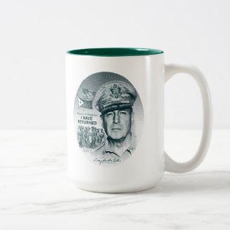 Gen. MacArthur I ha vuelto (la impresión azulverde Taza Dos Tonos