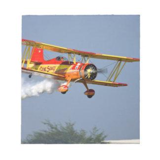 Gen Soucy que realiza acrobacias aéreas en Grumman Blocs