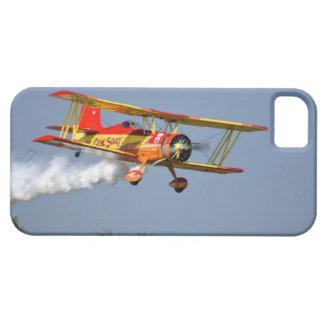 Gen Soucy que realiza acrobacias aéreas en Grumman iPhone 5 Case-Mate Cárcasas