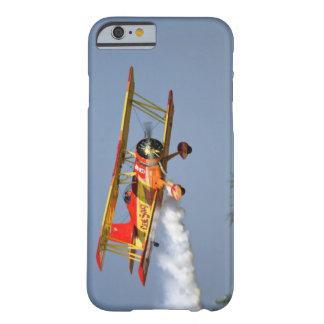 Gen Soucy que realiza acrobacias aéreas en Grumman Funda De iPhone 6 Barely There