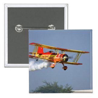 Gen Soucy que realiza acrobacias aéreas en Grumman Pins