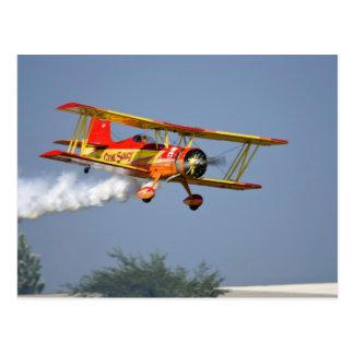 Gen Soucy que realiza acrobacias aéreas en Grumman Postales