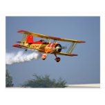 Gen Soucy que realiza acrobacias aéreas en Grumman Tarjetas Postales