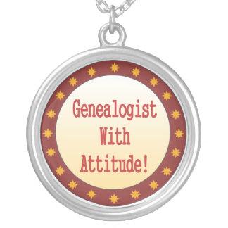 Genealogist con el collar de la actitud