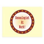 Genealogist en el trabajo postal