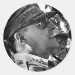 General Douglas MacArthur con el tubo del Corncob Pegatina Redonda