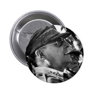 General Douglas MacArthur con el tubo del Corncob Pin Redondo De 2 Pulgadas