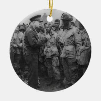 General Dwight D Eisenhower con los paracaidistas Adorno