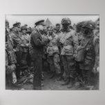 General Dwight D. Eisenhower con los paracaidistas Poster