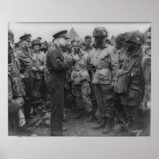 General Dwight D. Eisenhower con los paracaidistas Póster
