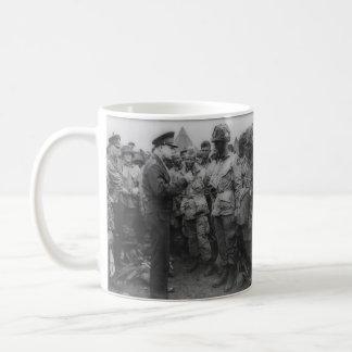General Dwight D. Eisenhower con los paracaidistas Taza Básica Blanca
