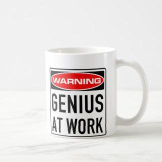 Genio en la señal de tráfico amonestadora taza de café