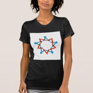 Gente abstracta junto que muestra el trabajo en camisetas