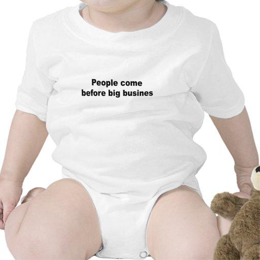 Gente ante sociedades grandes traje de bebé