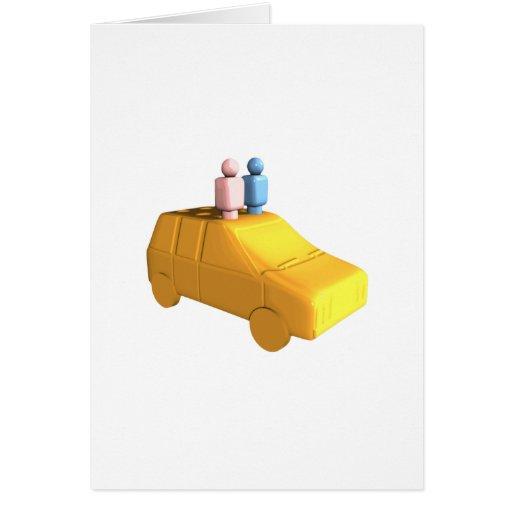 Gente casada de la clavija en un coche felicitación