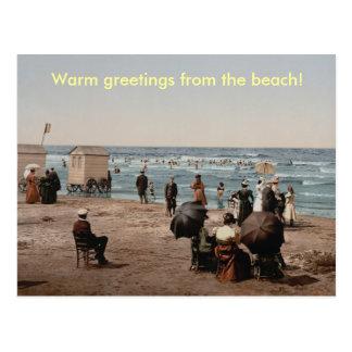 Gente del baño de sol del vintage en la playa postales
