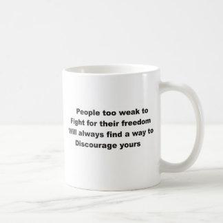 Gente demasiado débil luchar para su libertad taza de café
