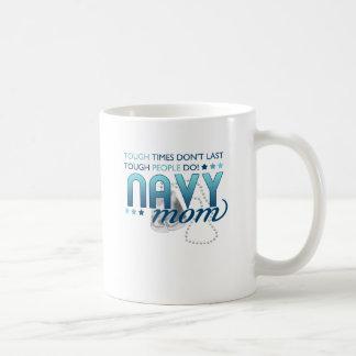 Gente dura (mamá de la marina de guerra) taza básica blanca