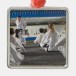 Gente en una clase del Taekwondo Ornamentos Para Reyes Magos
