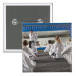 Gente en una clase del Taekwondo Pins