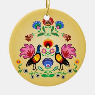 Gente polaca con floral decorativo y los pollos adorno redondo de cerámica