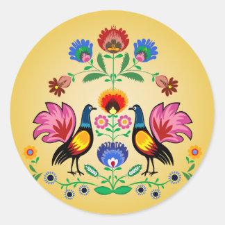 Gente polaca con floral decorativo y los pollos pegatina redonda