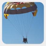 Gente que hace parasailing calcomanía cuadradas personalizadas