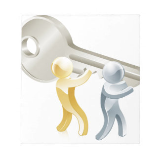 Gente que lleva a cabo llave bloc de papel