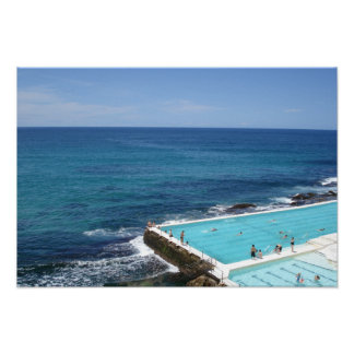 Gente que nada en la piscina del océano, playa Syd Póster