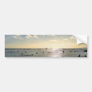 Gente que nada en la playa en la puesta del sol, H Pegatina De Parachoque