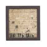 Gente que ruega en la pared que se lamenta caja de joyas de calidad