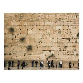 Gente que ruega en la pared que se lamenta postales