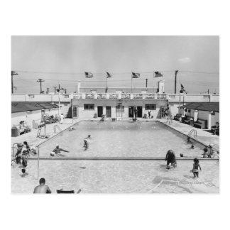 Gente que se relaja en la piscina al aire libre B& Postal