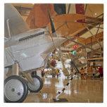 Gente que viaja al Museo Nacional de la aviación n Tejas