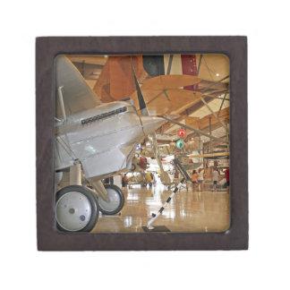 Gente que viaja al Museo Nacional de la aviación n Caja De Joyas De Calidad