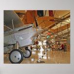 Gente que viaja al Museo Nacional de la aviación n Posters