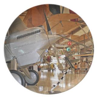 Gente que viaja al Museo Nacional de la aviación n Plato
