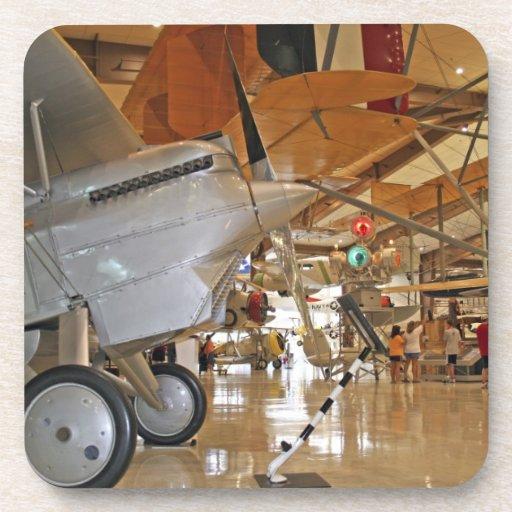 Gente que viaja al Museo Nacional de la aviación n Posavasos
